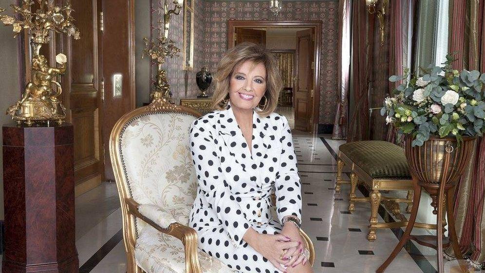 Foto: María Teresa Campos, junto a algunos de los muebles a subasta. (Mediaset)