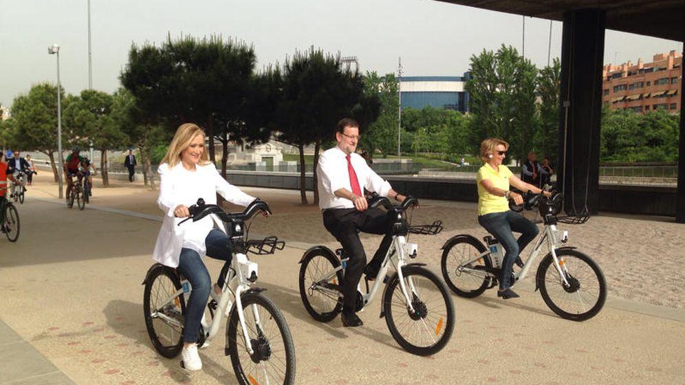 Foto: Mariano Rajoy, Cristina Cifuentes y Esperanza Aguirre en bici por Madrid Río. (Efe)