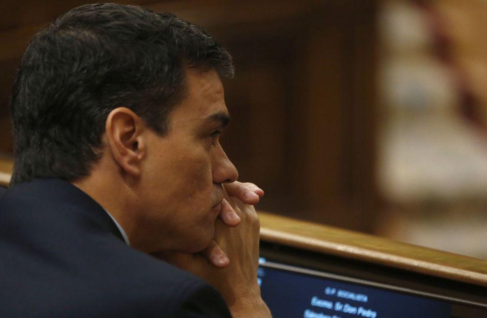Foto: Pedro Sánchez, en su escaño en el Congreso durante el pleno sobre refugiados de este 6 de abril. (EFE)