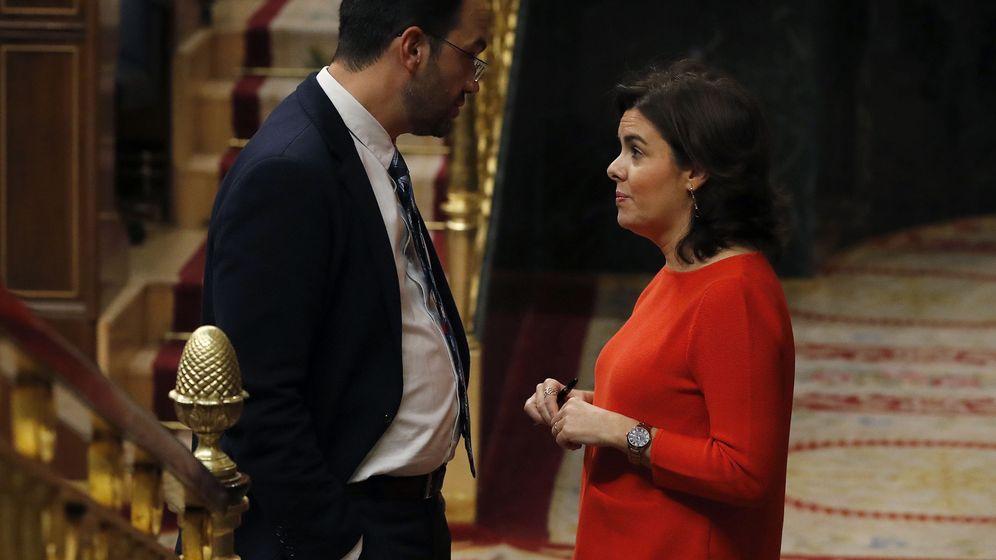 Foto:  La vicepresidenta del Gobierno, Soraya Sáenz de Santamaría (d), conversa con el portavoz parlamentario socialista, Antonio Hernando (i), durante la sesión de control al Ejecutivo. (EFE)