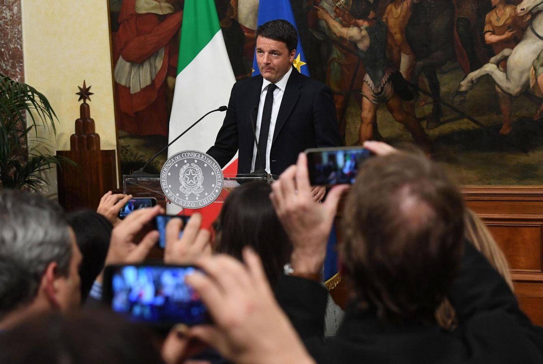 Foto: El primer ministro italiano, Matteo Renzi, anuncia su dimisión en una rueda de prensa en Roma, el 4 de diciembre de 2016 (Efe).