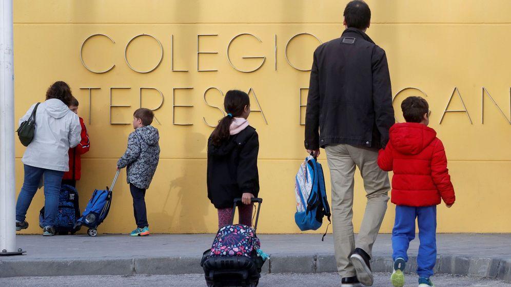 Foto: Los padres acompañan a sus hijos al colegio el pasado 10 de marzo. (EFE)