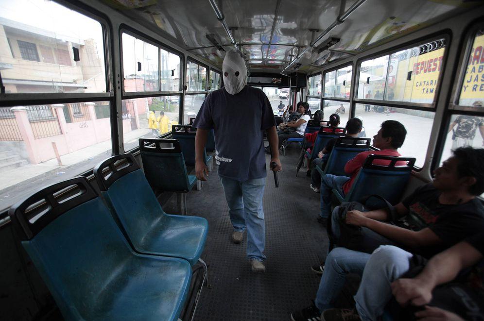 Foto: Un miembro de un grupo de autodefensa vecinal en un autobús, en las afueras de Ciudad de Guatemala. (Reuters)