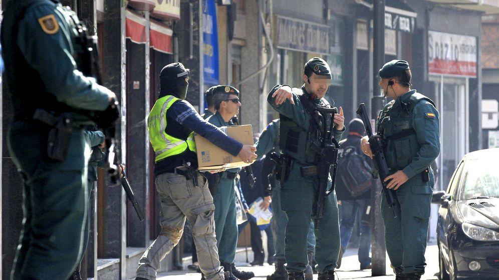Foto: Miembros de la Guardia Civil registran en 2014 una 'herriko taberna' en Bilbao. (EFE)