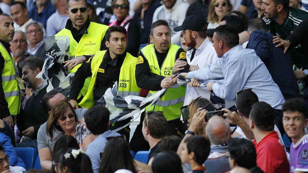 La seguridad del Real Madrid retira una pancarta contra Florentino Pérez