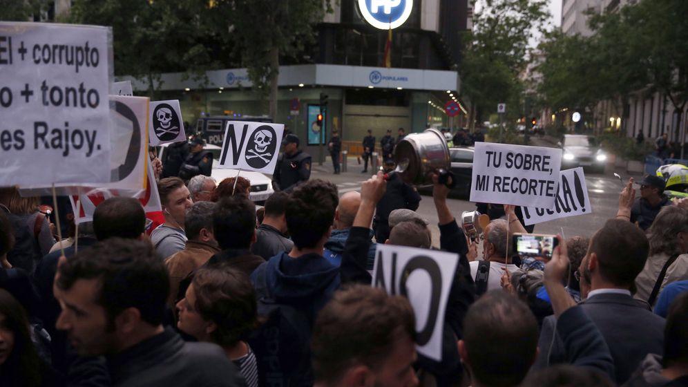 Foto: Cacerolada frente a la sede del PP, en la que participaron cargos públicos de Unidos Podemos y concejales de Ahora Madrid, el miércoles de la pasada semana. (EFE)