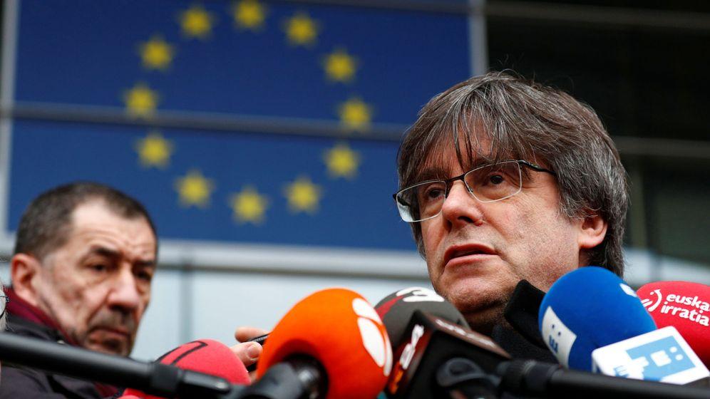 Foto: Puigdemont, en el exterior del Parlamento Europeo, en Bruselas, el pasado 5 de febrero. (Reuters)