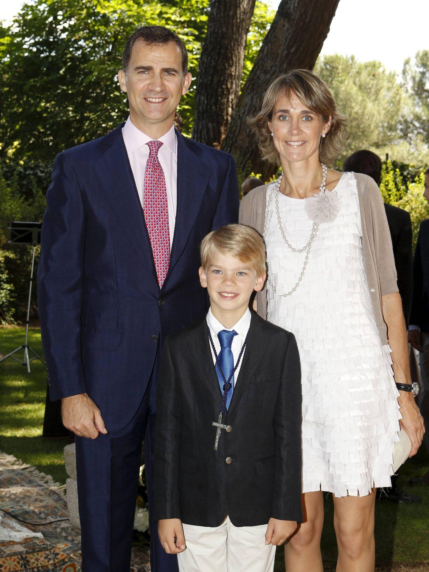 Miguel Urdangarin, junto a su padrino, el Rey, y su madrina, Lucía Urdangarin, el día de su comunión. (EFE)