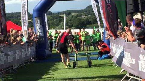 Un niño con parálisis cerebral completa un triatlón