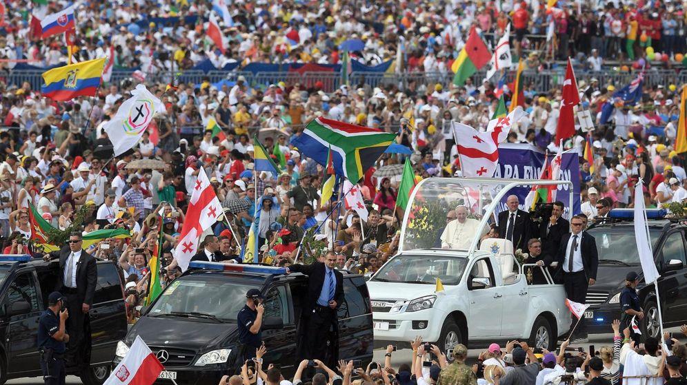 Foto: El papa Francisco atraviesa el Campus de la Misericordia de Cracovia en el papamóvil. (Reuters)