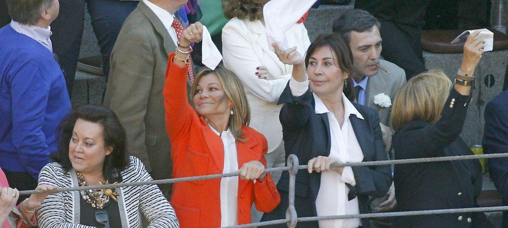 Foto: Carmen Martínez Bordiú y Cari Lapique en una corrida de toros (Gtres)