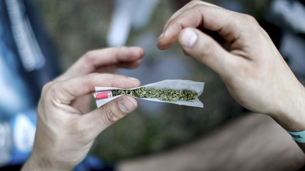 Foto: Un hombre liando un cigarro de cannabis. (Reuters)