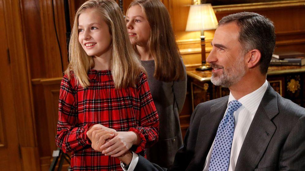 Foto: Felipe VI, junto a sus hijas, la princesa Leonor y la infanta Sofía, durante la grabación del discurso de Nochebuena. (Casa del Rey)