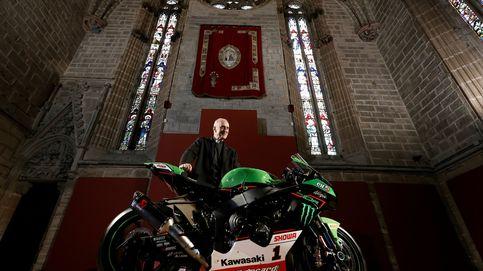 El deán con la moto del campeón
