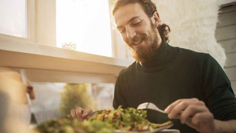 Foto: Un hombre disfrutando de una ensalada en un restaurante (iStock)
