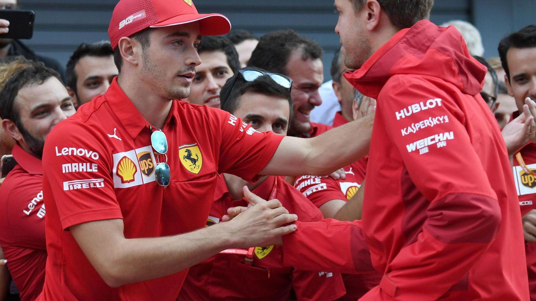 Leclerc y Vettel se dan la mano tras el GP de Italia. (EFE)