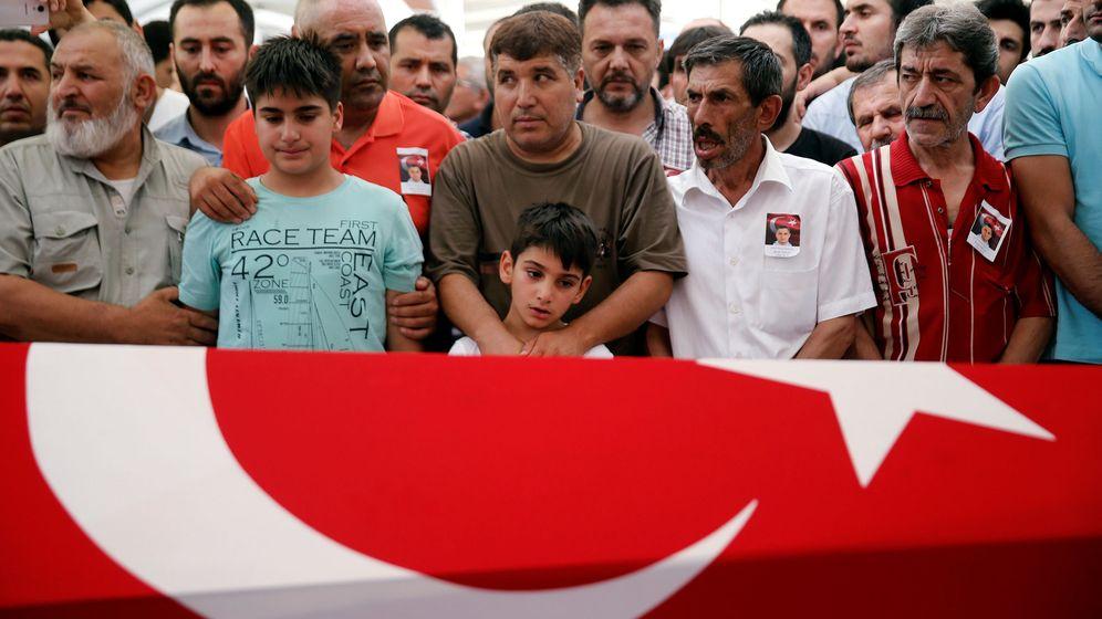 Foto: Los hijos de Erol Ince, un policía muerto en los enfrentamientos del fallido golpe, durante su funeral en Estambul. (Reuters)