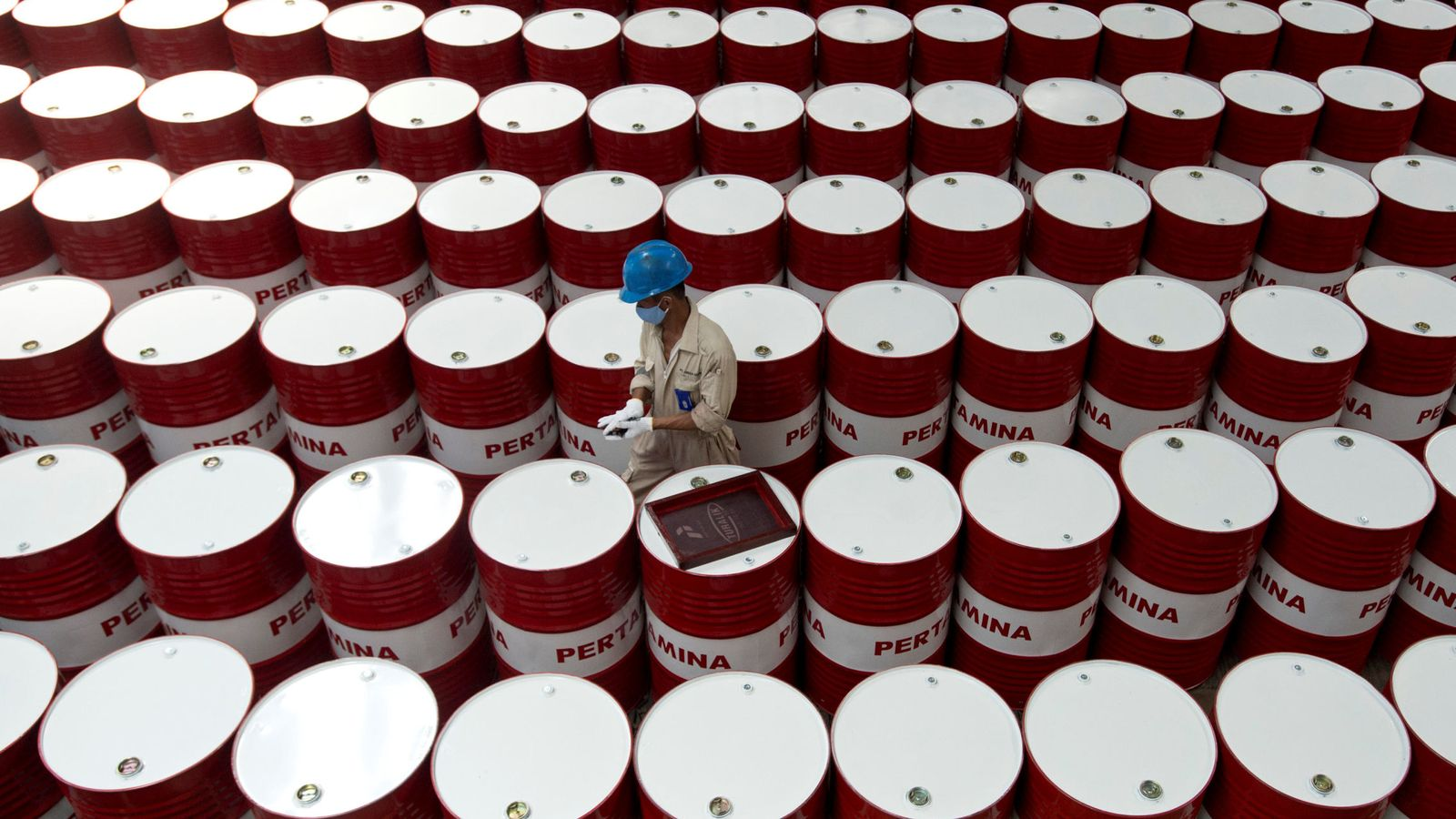 Foto: Trabajador entre barriles de petróleo. (Rueters)