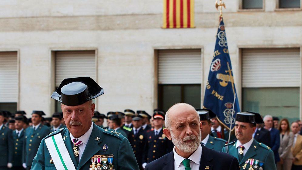 Foto: El director general de la Guardia Civil, Félix Vicente Azón, y el jefe de la Benemérita en Cataluña, Pedro Garrido (i). (EFE)