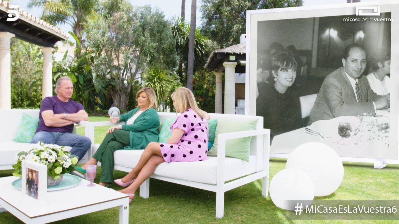 Terelu y Carmen junto a una foto de sus padres en 'Mi casa es la vuestra'. (Mediaset España)