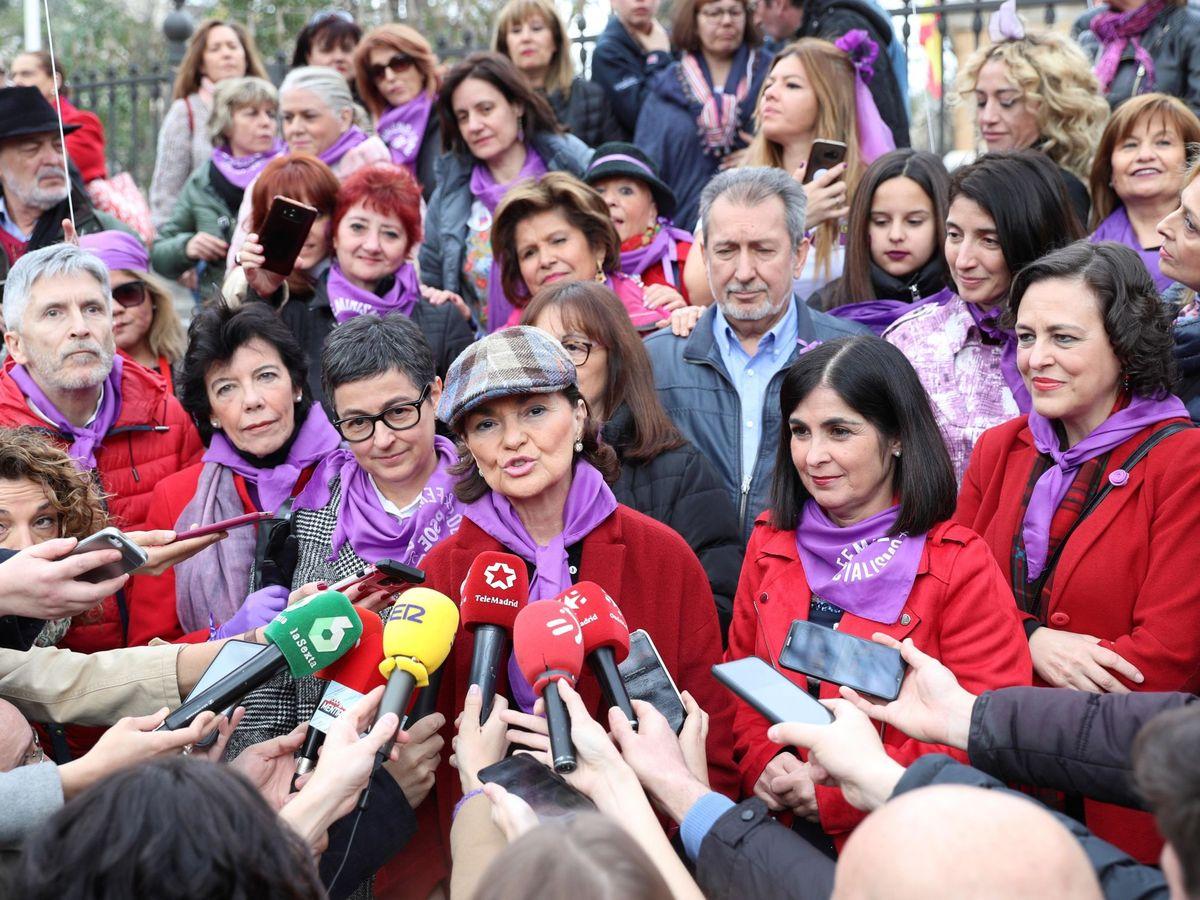 Foto: La vicepresidenta primera, Carmen Calvo, con la ministra de Política Territorial, Carolina Darias, el pasado domingo en la manifestación del 8-M. (EFE)