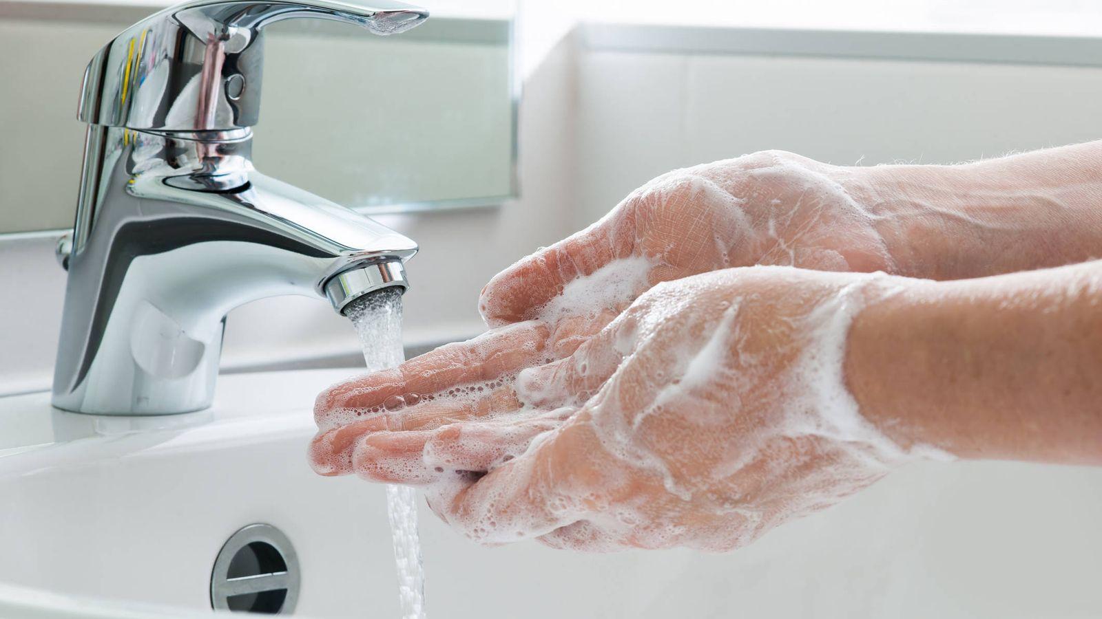 Cómo lavar exactamente tus manos contra el coronavirus, de acuerdo con los  doctores