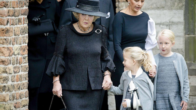 La princesa Mabel con sus hijas y la princesa Beatriz, en el funeral de Friso. (EFE)