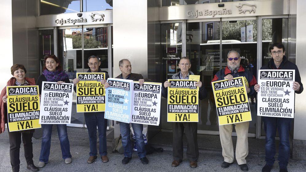 Foto: Manifestantes en contra de las cláusulas suelo en una imagen de archivo. (EFE)