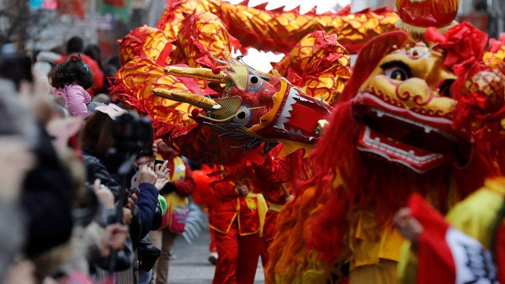 Foto: El pasacalles multicultural que recorre Usera (Madrid) por el Año Nuevo chino. (EFE)
