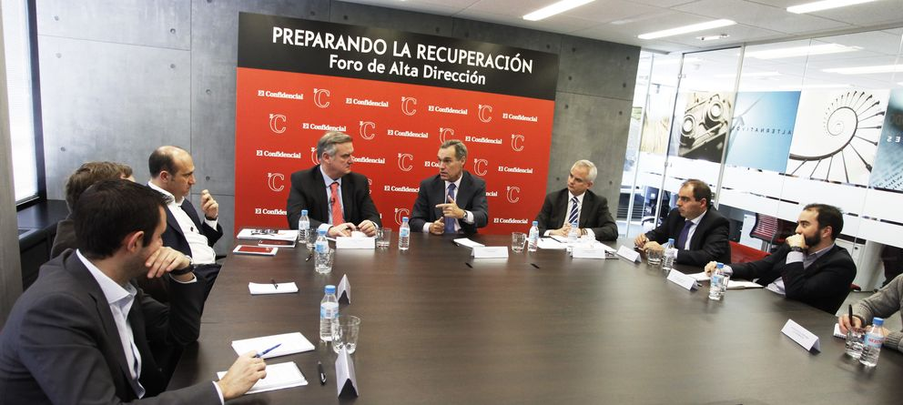 Foto: El consejero delegado de Antena 3, Silvio González (c), entre Miguel Nardiz, socio TICE de PwC y Alberto Artero, director general de 'El Confidencial'