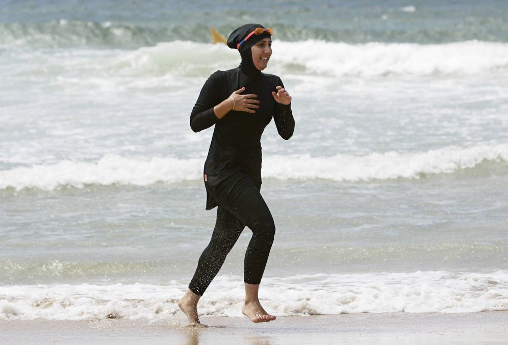 Foto: Una musulmana aspirante a socorrista, Mecca Laalaa, durante un entrenamiento en Sídney, Australia. (Reuters)