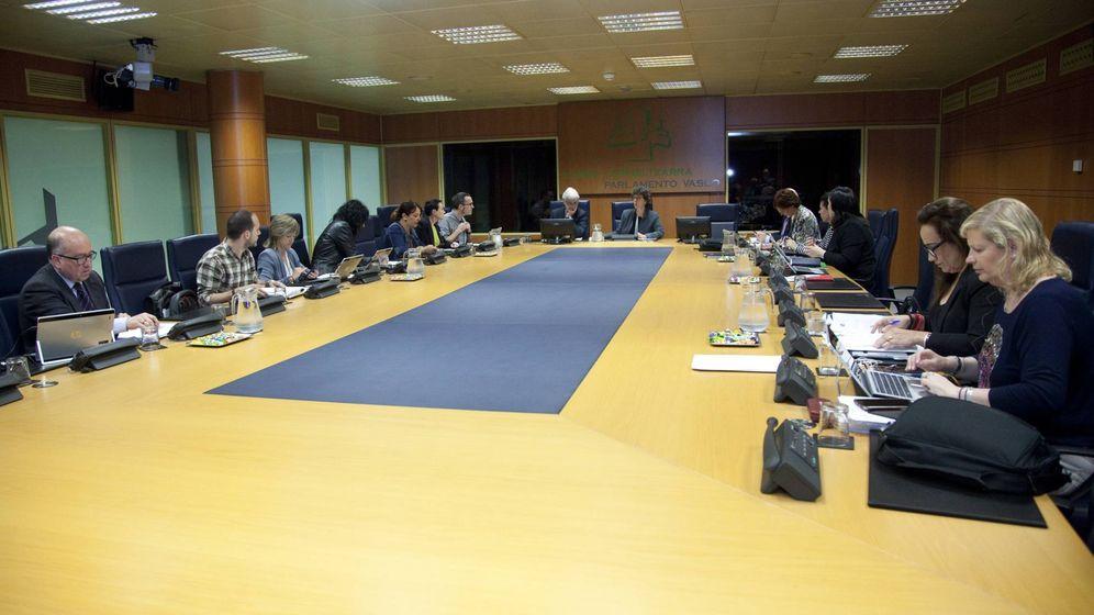 Foto: Reunión de la comisión de Derechos Humanos en el Parlamento vasco. (EC)