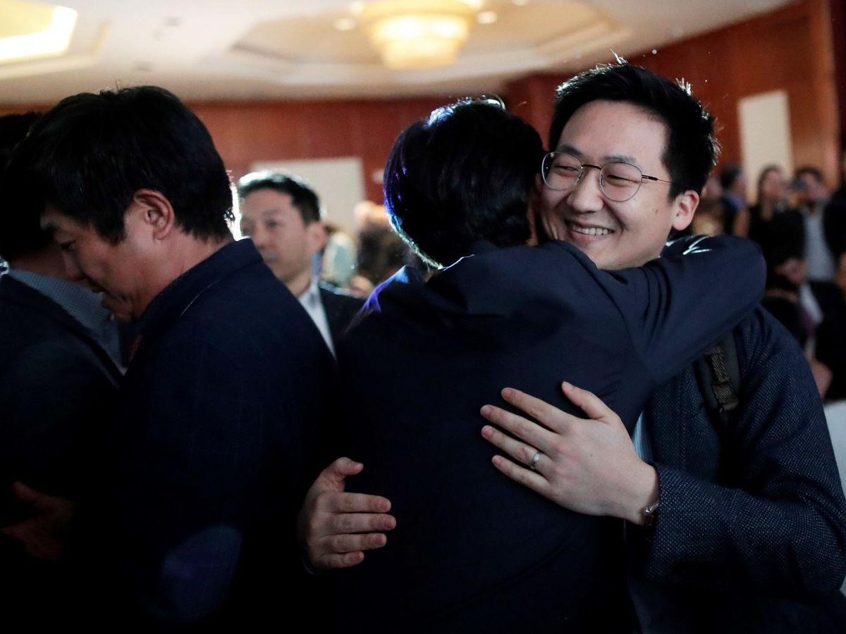 Foto: Representantes de Hyundai celebran que la empresa surcoreana sea la virtual ganadora para construir la línea 3 del metro de Panamá. (EFE)