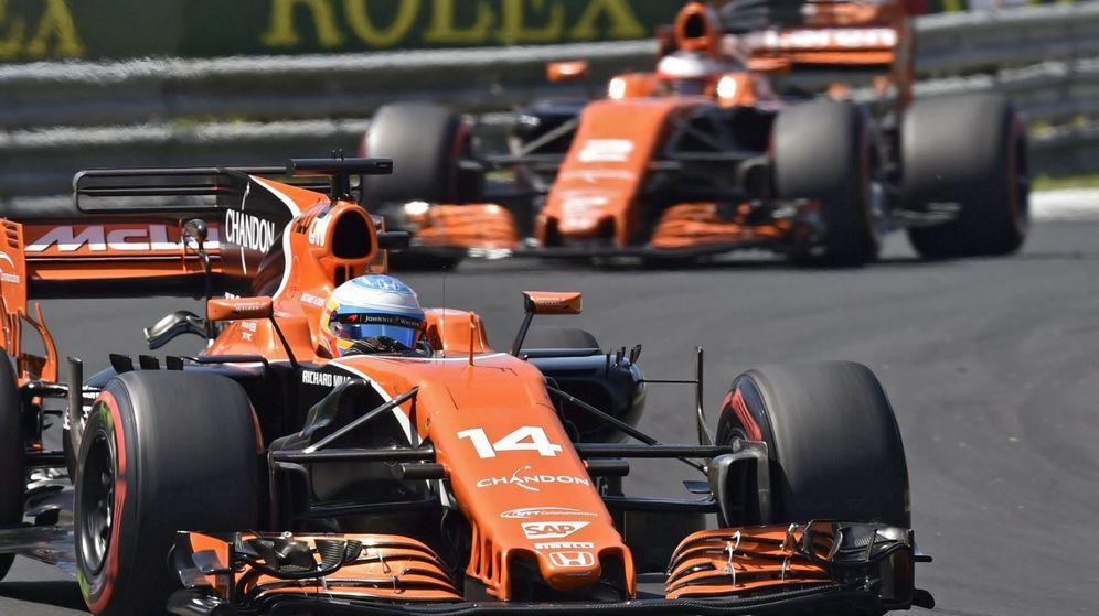 Foto: Los McLaren de Fernando Alonso y Stoffel Vandoorne en Hungría. (EFE)