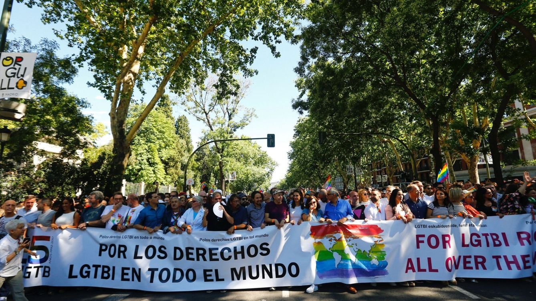 Foto: De Begoña Villacís a Andrea Levy: los políticos que han marchado en la cabecera de la manifestación por los derechos y libertades LGTBI. (EFE)