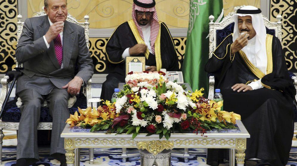 Foto: El rey Juan Carlos, junto al rey de Arabia Saudí, Salman bin Abdul-Aziz Al Saud (d). (EFE)