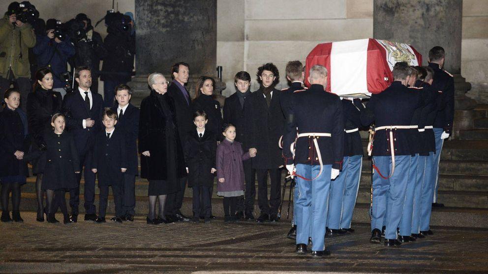 La familia real danesa, unida en la capilla ardiente de Henrik de Dinamarca