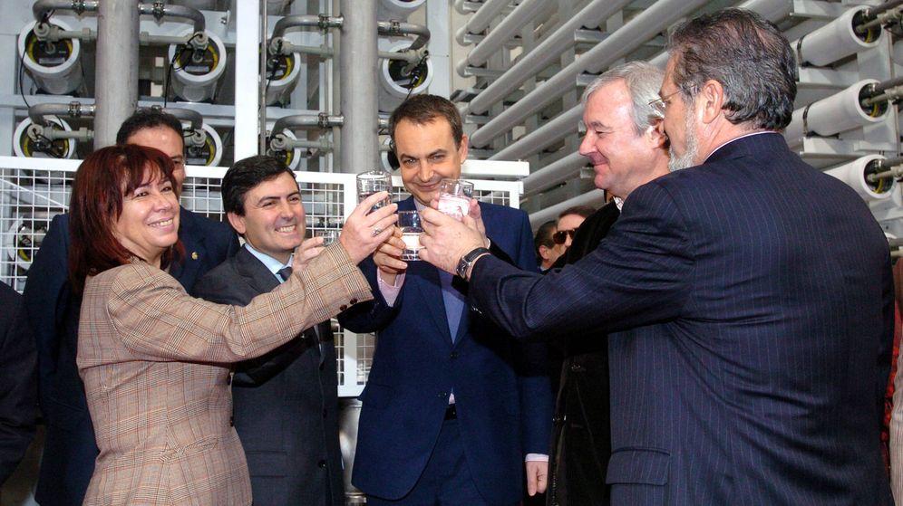 Foto: Narbona, Pedro Saura, José Luis Rodríguez Zapatero y Ramón Luis Valcárcel inauguran una desaladora en Murcia. (EFE)