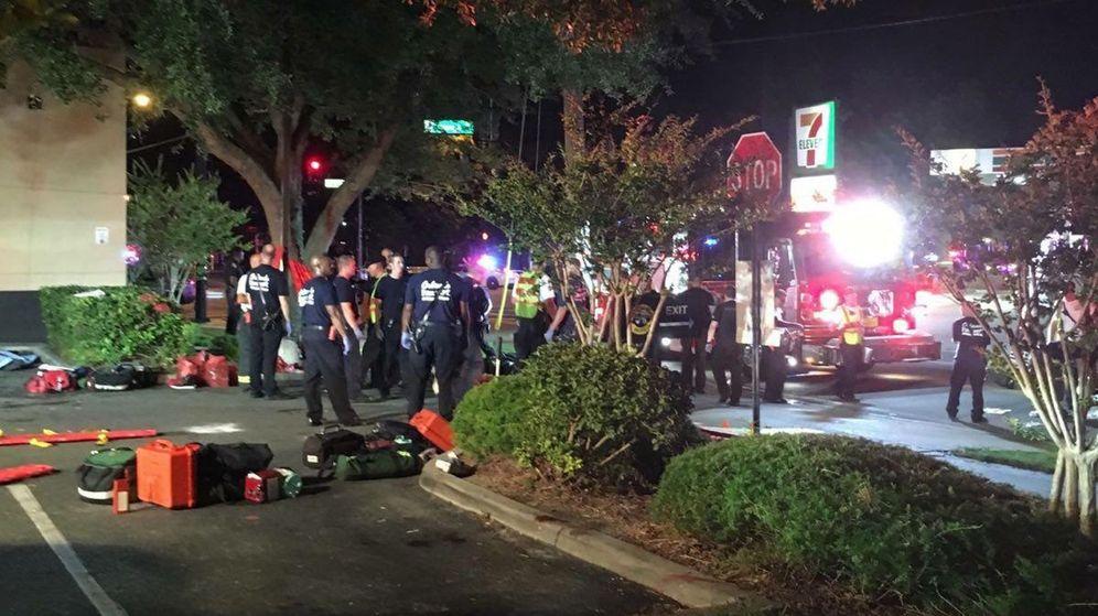 Foto: Escena a las afueras del club Pulse, cuando todavía seguía la toma de rehenes. (EFE)