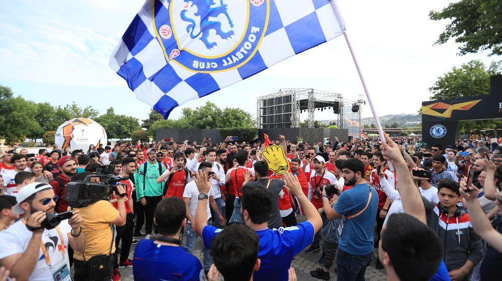 Foto: Aficionados del Chelsea y el Arsenal en Baku. (Reuters)