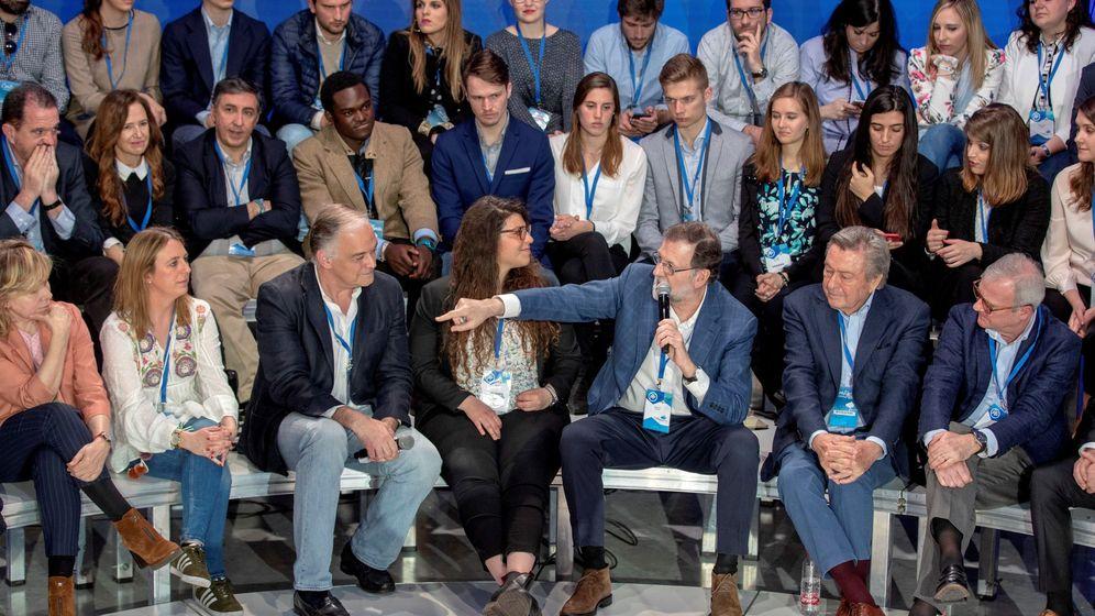 Foto: Mariano Rajoy, junto al portavoz del PP en el Parlamento Europeo, Esteban González Pons (3i), y un grupo de estudiantes de Erasmus en la Convención del PP. (EFE)