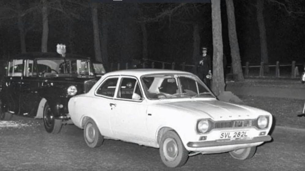 Foto: El vehículo blanco de Ian Ball que bloqueó el paso de la comitiva real antes del secuestro. (CC)