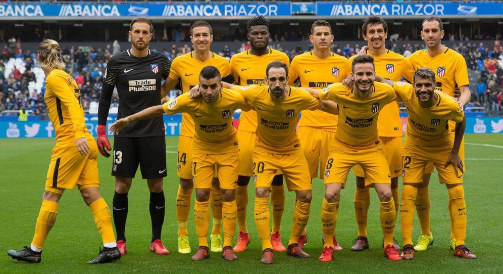 Foto: Griezmann abandona el grupo mientras éste posa ante los medios antes de que comience el Deportivo-Atlético. (Cordon Press)
