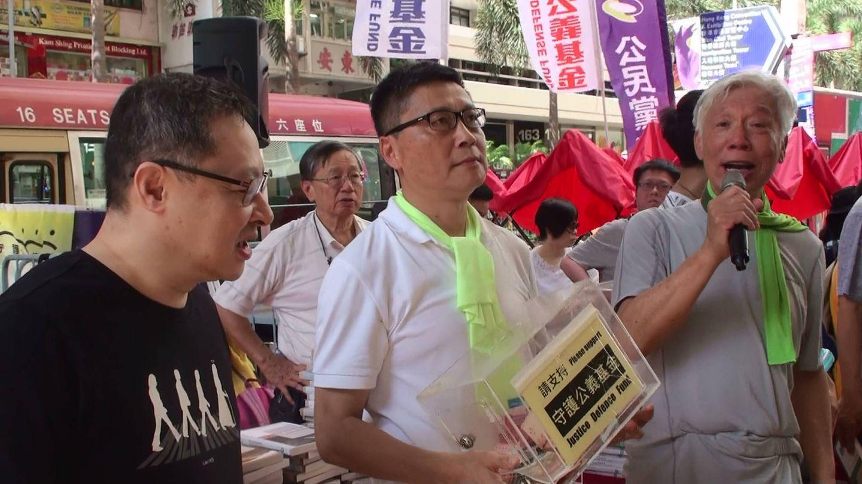 El Trío Occupy recabando donativos para el Fondo de Defensa de la Justicia, que se dedica a ayudar a los activistas y políticos que están siendo procesados, el 1 de julio de 2018. (A. García)