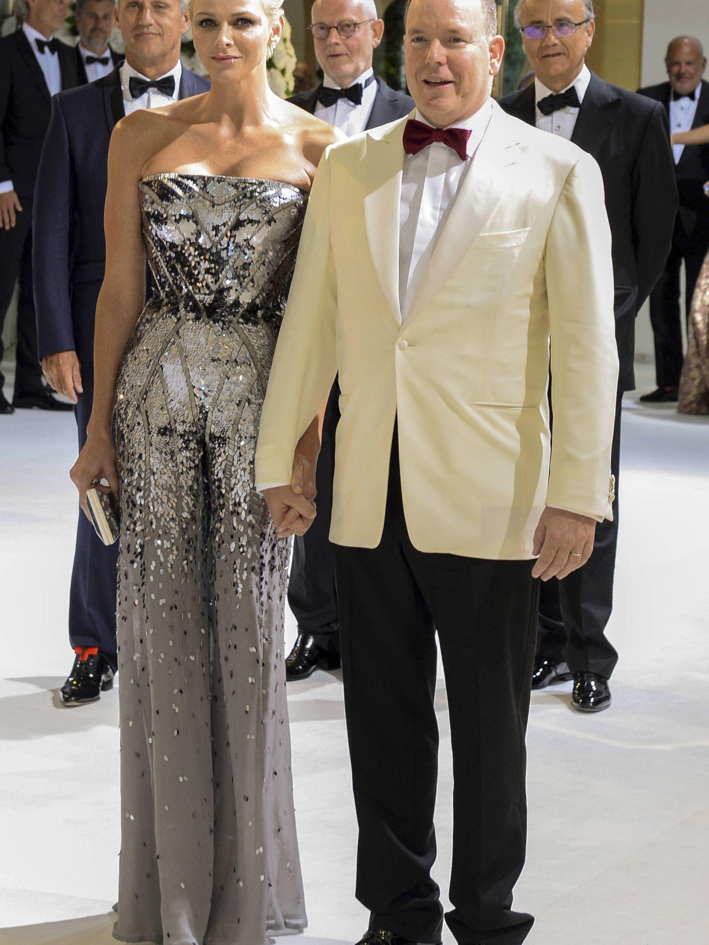 Alberto de Mónaco y Charlène llegando a la gala. (Gtres)