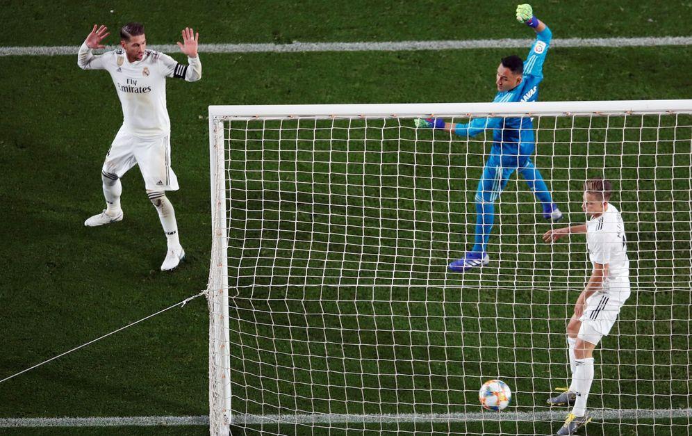 Foto: Sergio Ramos levanta las manos durante el gol del FC Barcelona. (EFE)