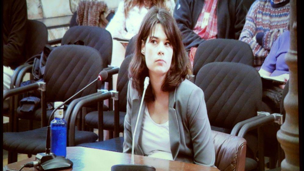 Foto: Pantalla en la que los medios siguieron el juicio a Isabel Serra. (EFE)