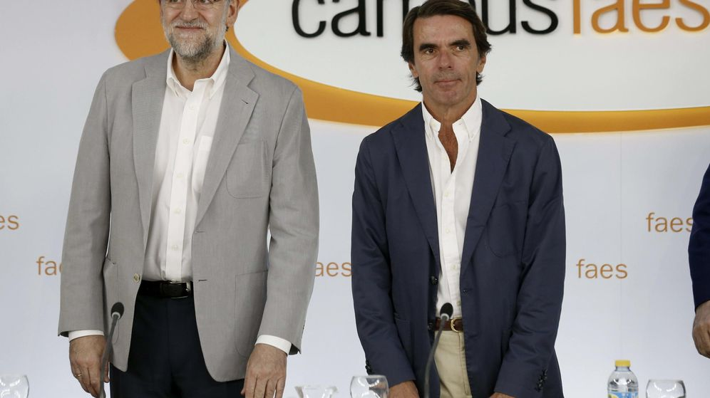 Foto: Mariano Rajoy y José María Aznar, en la clausura del último Campus FAES, de 2015. (EFE)