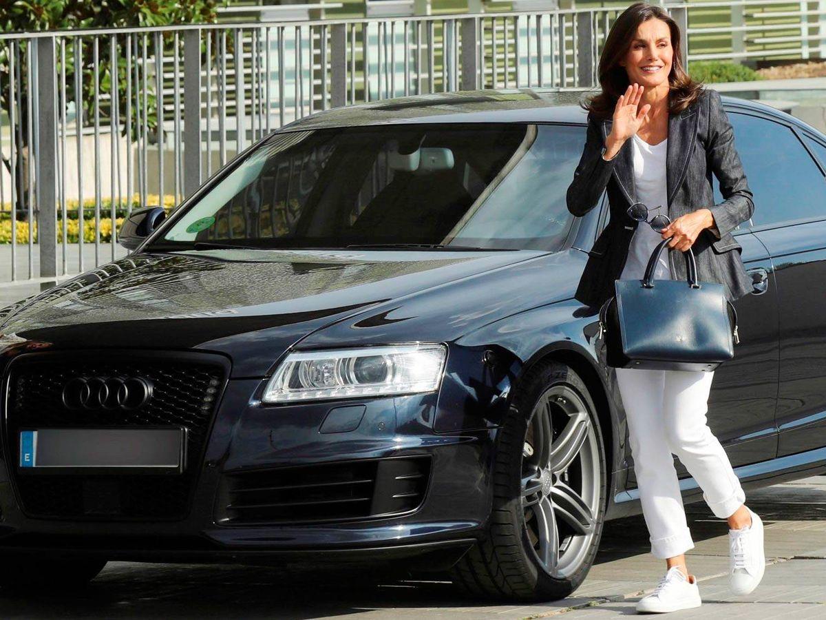 Foto: La reina Letizia junto a un coche en un viaje oficial. (Getty)
