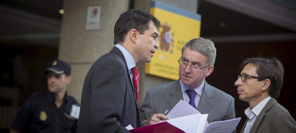 Foto: Andrés Herzog (i), Ramón de Veciana y Ramón Marco, el día 2, al presentar una de las denuncias. (Efe)